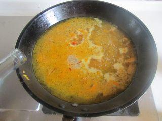 酸汤肥牛,加入适量的白醋;