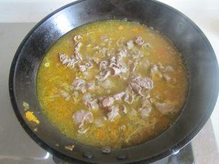 酸汤肥牛,将肥牛再放入里面焯烫一分钟捞出放在金针菇的表面上;