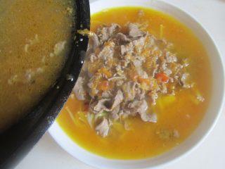 酸汤肥牛,将汤汁浇淋在肥牛上, 再在上面点缀点香菜叶红椒末。