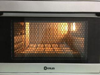 凤梨酥,都做好后放入提前预热的烤箱中进行烘烤,温度为上管150度,下管165度。时间为25分钟。