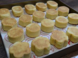 凤梨酥,烘烤完毕后取出晾凉,然后取下模具。