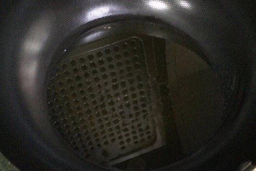 金黄炸馍馍片,油锅加热,加入油