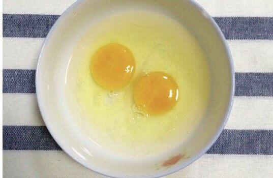 金黄炸馍馍片,把鸡蛋打入碗里,加入盐和水。
