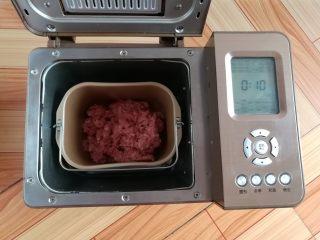 自制猪肉脯,放入面包机,选择和面功能搅拌十分钟(没有面包机就用筷子同一个方向搅拌几分钟,让肉沫上筋一点)