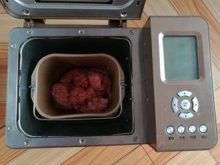 自制猪肉脯,搅拌5分钟后放入调味料,继续搅拌