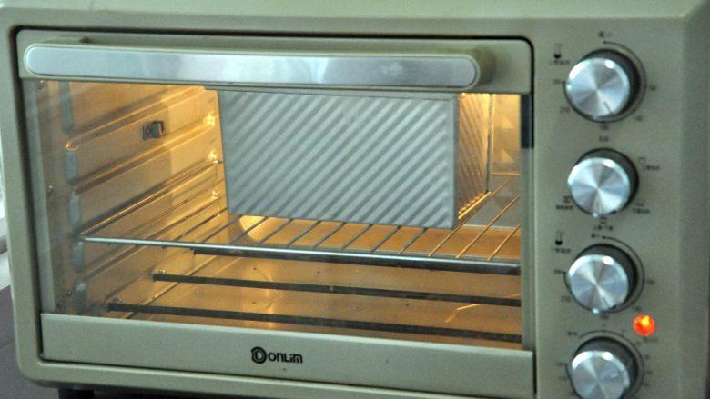 玉米沙拉三明治,放入预热好的烤箱,上下火175度,时间38分钟左右。(时间与温度请参照自家烤箱脾气),如表面上色较深,可在20分钟后加盖一张锡纸。