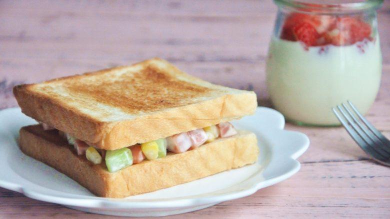 玉米沙拉三明治,开启能量满满的一天。