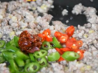 教你用转圈刀法,做一道超级美味的蓑衣茄子,倒入二荆条、小米椒、半勺豆瓣酱