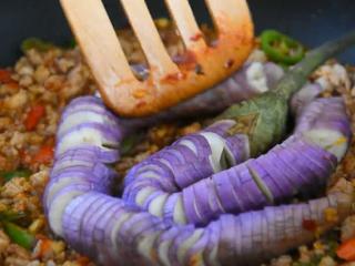 教你用转圈刀法,做一道超级美味的蓑衣茄子,炒出红油后倒入蒸好的茄子
