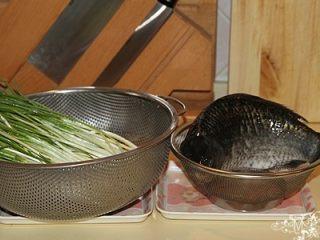 葱烧鲫鱼,葱摘清洗净后晾干。姜切片。