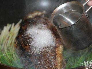 葱烧鲫鱼,加入适量水(约至食材的1/2处),煮开后转中小火炖至汤汁浓稠即可。