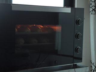 肉松面包(波兰种),烤箱预热170度度,上下火底层20分钟左右(视自己烤箱温度调节)