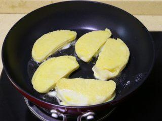 蛋煎馒头片, 裹上蛋液的馒头片放入平底锅中