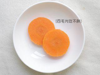 干煎马鲛鱼,胡萝卜切片;