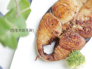 干煎马鲛鱼,煎至双面金黄,出锅摆盘。