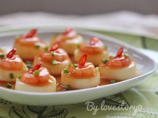 虾仁玉子豆腐,撒上葱花,装饰上红辣椒即可享用。