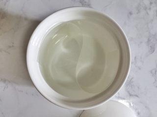 太极养生羹 ,用硬质的慕斯围边在碗里弯曲成S型,把碗分隔成两半。
