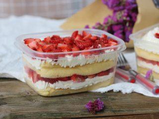 草莓蛋糕盒子,好吃的草莓蛋糕盒子就做好了,用的动物性奶油,吃起来一点都不腻