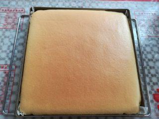草莓蛋糕盒子,烤熟后取出脱模放凉