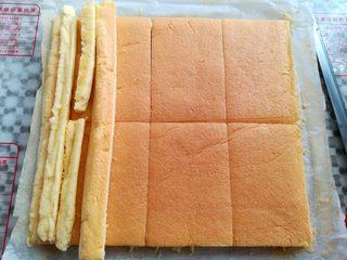 草莓蛋糕盒子, 按照蛋糕盒子的尺寸切出大小合适的蛋糕块(我用的709ml的塑料蛋糕盒子,一个金盘蛋糕胚可以做3盒)
