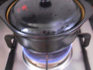 鱼香茄子煲,茄子盛入砂锅中,遮上盖子,再煲5分钟左右