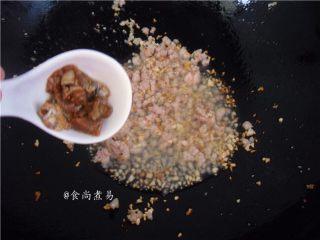 鱼香茄子煲,倒入咸鱼粒煸干水份