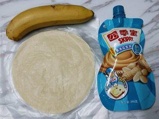 花生酱香蕉酥,准备香蕉、花生酱和冷冻手抓饼