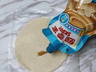 花生酱香蕉酥,在手抓饼下端挤入适量花生酱