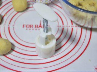 绿豆糕,将圆球放入月饼模中,用力压模。