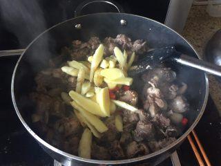 生炒鸡块,放入生姜和红椒,翻炒;