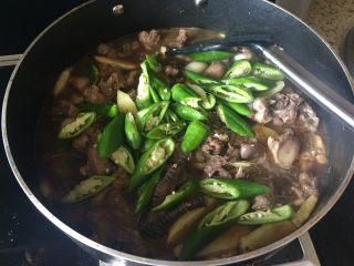 生炒鸡块,再放入青椒,加入少许水;
