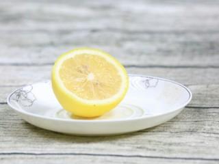 圆白菜苹果汁,柠檬洗净去皮去籽备用。