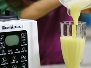 圆白菜苹果汁,完成后将圆白菜苹果汁倒入容器中饮用。