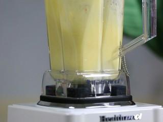 """圆白菜苹果汁,扣紧杯盖,启动电源开关键,选择""""蔬果汁""""键即可。"""