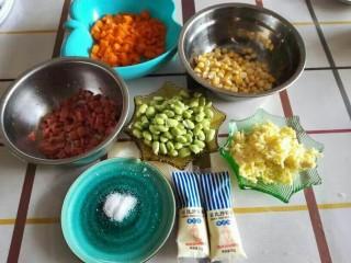 米奇沙拉面包,趁面包机揉面的时候,准备好馅料部分,胡萝卜,火腿肠切小粒。