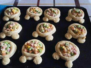 米奇沙拉面包,放入馅料,烤箱或者发酵箱里面放一碗热水,38度左右,发酵到两倍大即可。