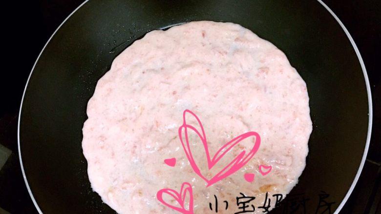 西红柿饼,平底锅刷少许油,面液倒入锅中摊成饼状
