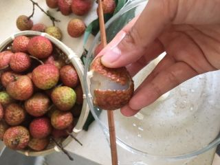 荔枝罐头+荔枝特饮(好吃不上火)               ,荔枝这个皮啊,两手这么往外一掰 就分成两瓣了,很好包的。