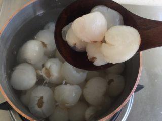 荔枝罐头+荔枝特饮(好吃不上火)               ,然后把荔枝捞出来放入锅里