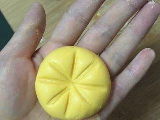Q弹南瓜饼,然后在中心点缀上南瓜柄(即:枸杞)