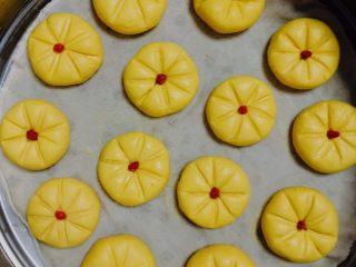 Q弹南瓜饼,将成型的南瓜饼均匀的摆在蒸笼中,中间留有一定空隙。
