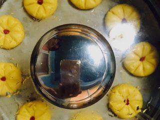 Q弹南瓜饼,蒸约半小时,即可食用,口感Q甜,既有南瓜的香味,同时加入一些枸杞,也能起到一定的滋补作用。