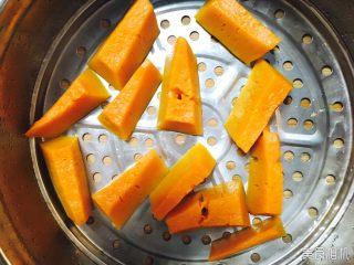 Q弹南瓜饼,放入蒸笼,蒸至用筷子戳时,绵软,即已蒸透。