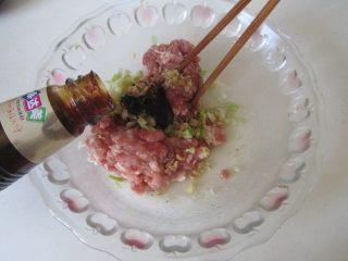 西葫芦肉馅锅贴,肉馅中加入适量的盐、姜末、大葱末、五香粉、胡椒粉和蚝油;
