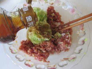 西葫芦肉馅锅贴,将挤出其中大部分的水分的西葫芦丝放入肉馅中, 再加入适量的香油;
