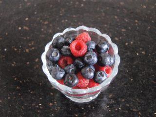 双莓玫瑰水果茶,树莓蓝莓洗净控干水