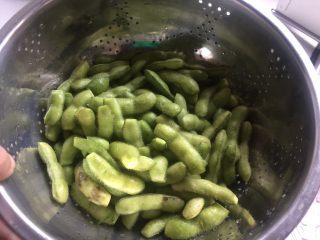 糟卤毛豆,控干水分。