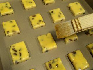 葡萄干奶酥,用刷子在表面刷一层蛋黄液。