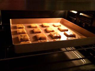 葡萄干奶酥,入预热好的烤箱中层,上下火,175度15分钟,直至表面金黄色。