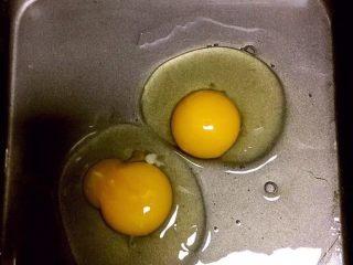 自制午餐肉,另一盆中打入两个鸡蛋